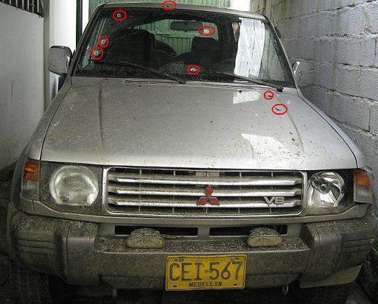 Los círculos rojos señalan varios de los impactos que quedaron en el Mitsubishi, prueba de un ataque indiscriminado.