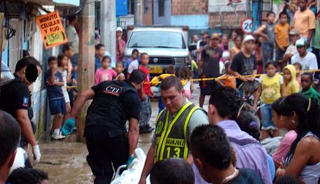 Este fue el instante en el que sacaron a la víctima de su casa, en el barrio Moravia. Foto de Carlos Taborda.