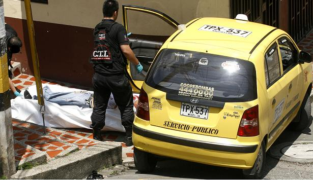 Así fue el asesinato número 26 de un taxista en Medellín, ocurrido en el barrio San Javier. Foto de Esteban Vanegas.