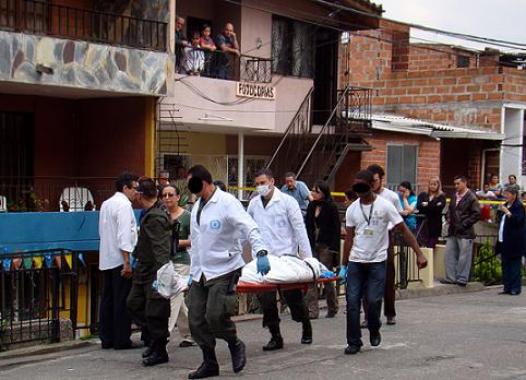 La comunidad rodeó el acordonamiento policial, lamentando la muerte del docente. Foto de Carlos Taborda.