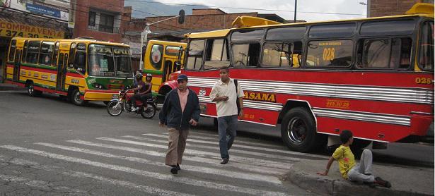 Así bloquearon los buses el sector de Ditaires, en Itagüí. Foto de Wálter Arias.