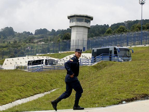 Al fondo se aprecia la torre del panóptico, en la cárcel El Pedregal. Desde allí se obtiene una vista de 360 grados del establecimiento, pero nadie pilló a media docena de internos fugándose. Foto de Esteban Vanegas.