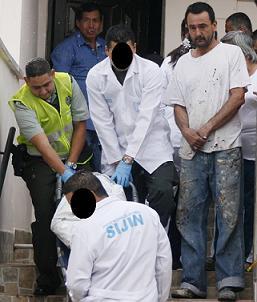 Muchos dolientes llegaron a la casa de don Horacio en Caldas, en plena inspección judicial. Foto de Esteban Vanegas.