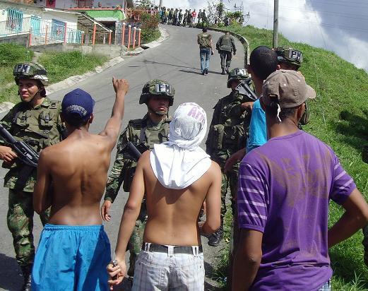 En primer plano están los muchachos de La Quiebra, insultando a los de La Divisa, que están en la parte superior de la frontera entre los dos barrios de la Comuna 13.