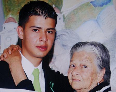 El asesinado Héctor Guzmán y su abuela Margarita, que resultó herida en el ataque a la casa.