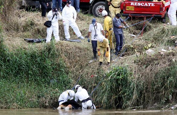 Así fue el rescate del cadáver hoy, en Yolombó. Foto de Manuel Saldarriaga.