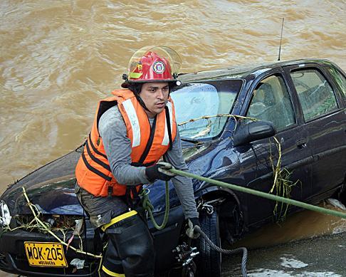 En este carro iban los policías y las mujeres cuando se cayó al río. Foto de Carlos Taborda.