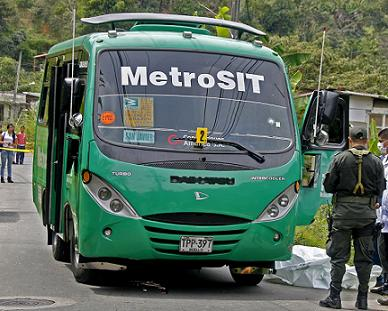 En este bus fue asesinado hoy el conductor. Los homicidas lograron escapar. Foto de Esteban Vanegas.