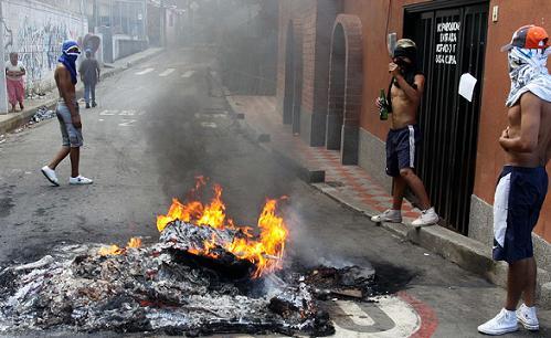 Los muchachos cerraron las vías quemando escombros y atravesando palos y tablas. Foto de Manuel Saldarriaga.