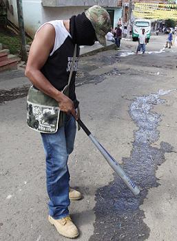 Este fue uno de los encapuchados que se tomaron las calles de La Silla.