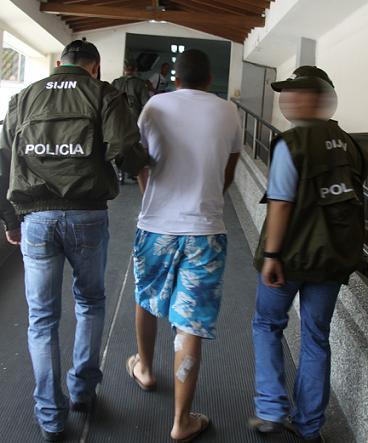 El momento en el que Montoya Holguín es llevado por un pasillo del hospital de Bello. Foto cortesía de la Policía.