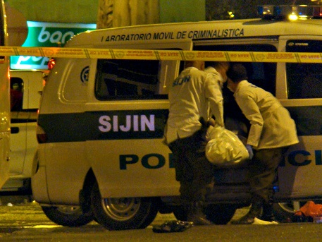La propia Policía hizo la inspección a cadáver, algo inusual, porque generalmente cuando hay policías involucrados es el CTI de la Fiscalía quien asume el caso. Foto de Carlos Taborda.