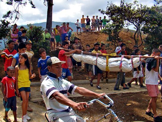 Dos amigas adolescentes de 16 años, que llevaban una semana perdidas, fueron asesinadas y encontradas ayer en el Cerro Pan de Azúcar de Medellín. Una de ellas tenía dos meses de embarazo. Como siempre, la escena del crimen estuvo llena de niños. Foto de Carlos Taborda.