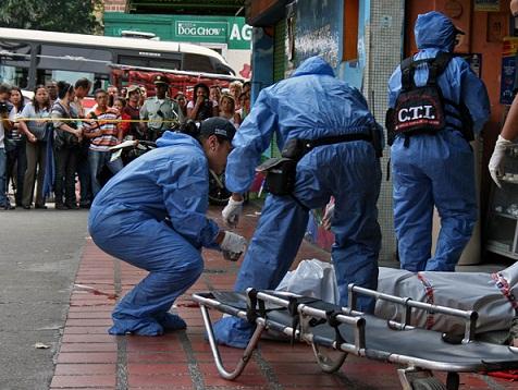 Escena del asesinato del agente del DAS, quien estaba con prendas de civil cuando lo agredieron. Foto de Carlos Taborda.