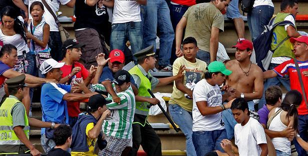 Escena de la gresca en una tribuna del estadio. Foto de Hernán Vanegas.