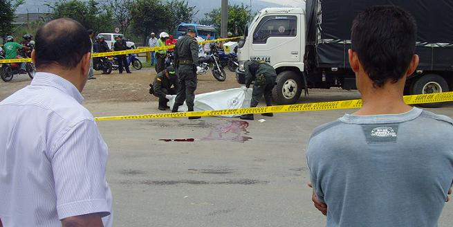 En el parqueadero externo de una empresa transportadora, en la zona industrial del barrio El Carmelo, bajaron de un taxi a un hombre para matarlo.