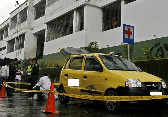 El taxista se parqueó junto a la estación policial, donde se realizó la inspección judicial al cadáver. Foto de Esteban Vanegas.