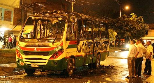 Así quedó el bus de servicio público incendiado por un par de rufianes. Foto de Juan Antonio Sánchez.