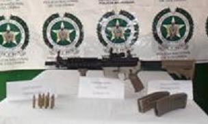 El fusil M4 decomisado a un conductor en Puerto Triunfo.