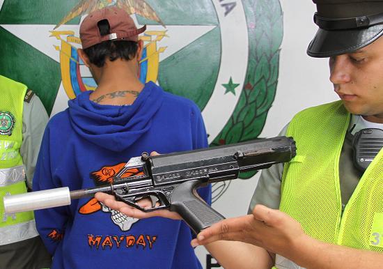 Esta es la subametralladora Calico con silenciador que le incautaron a 'Albeirito'. Foto cortesía Policía.