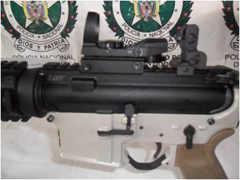 Detalle de la mira y el gatillo del fusil M4 incautado.