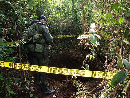 La Policía tuvo que hacer un rastreo en la zona para dar con la fosa. Foto cortesía Policia Antioquia.