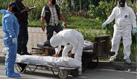 En esta carreta dejaron los dos cuerpos en el barrio Malibú, junto a la Unidad Deportiva de Belén. Foto de Carlos Taborda.