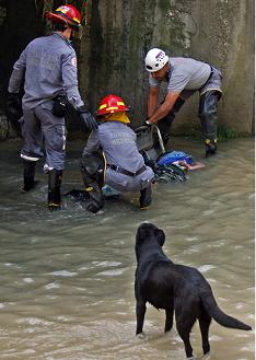 Así encontraron al occiso en la quebrada La Guayabala. Foto de Carlos Taborda.