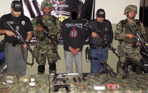 Este es el hombre capturado con el arsenal incautado en un apartamento de la Loma de los Bernal. Foto cortesía Cuarta Brigada.