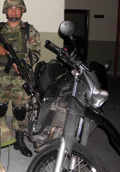 Una de las motos inmovilizadas en el parqueadero de una urbanización de la Loma de los Bernal, al parecer de un desaparecido.