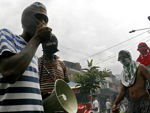 Un sujeto coordinó los movimientos de la multitud por megáfono. Foto de Esteban Vanegas.