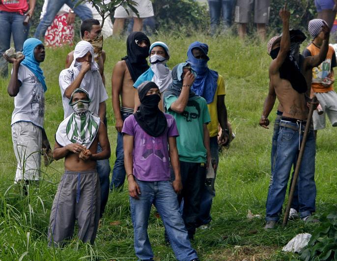 Muchos encapuchados se enfrentaron con disparos y lanzando rocas. Foto de Esteban Vanegas.