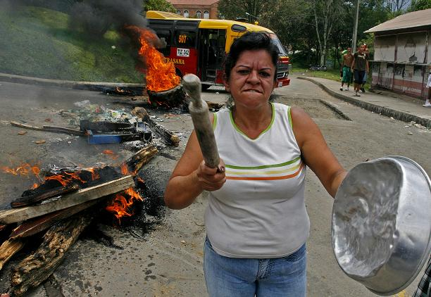 La comunidad expresó por vías de hecho que está cansada de la violencia en el Limonar. Foto de Esteban Vanegas.
