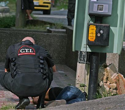 Al parecer Tatiana Castrillón hablaba por teléfono público cuando la atacaron. Foto de Carlos Taborda.