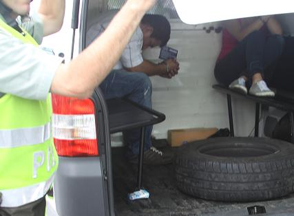 Los dos detenidos dentro de la patrulla. Cortesía de la Policía.