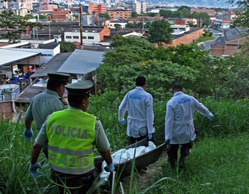 Inspección al cadáver de una mujer de 28 años, ahorcada en un bosque del cerro Nutibara. Los vigilantes privados no vieron nada. Foto de Carlos Taborda.