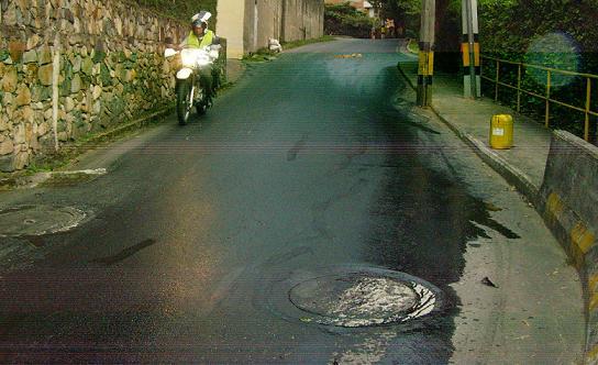 Aquí se ve cómo la vía de acceso a la urbanización quedó recubierta del combustible derramado por los mercenarios.