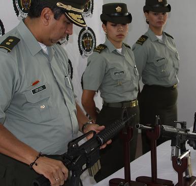 El general Vásquez presentó las armas incautadas en el operativo de reacción. Cortesía Policía.