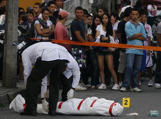 La escena del crimen, en el barrio La Colina, un sitio afectado por las bandas delincuenciales. Foto de Esteban Vanegas.