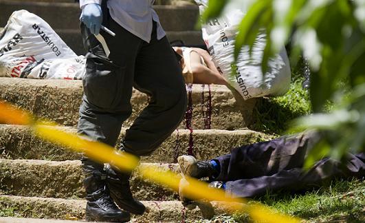 Escena del doble homicidio a bala de dos ayudantes de construcción, cometido antier 29 de septiembre, en el barrio Uribe Ángel de Envigado. Foto de Esteban Vanegas.