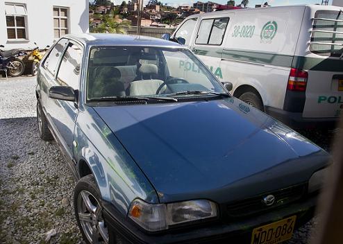 En este automóvil fueron dejados los cinco cadáveres. Foto de Esteban Vanegas.