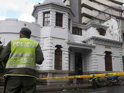 En este banco ocurrió el incidente, cuando muchos pensionados esperaban adentro que les pagaran. Foto de Esteban Vanegas.