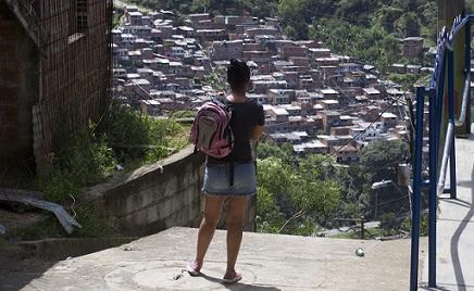 Esta es una panorámica del barrio Ocho de Marzo, donde estaba el niño, tomada desde el barrio La Sierra, de donde al parecer provino el disparo. Foto de Esteban Vanegas.