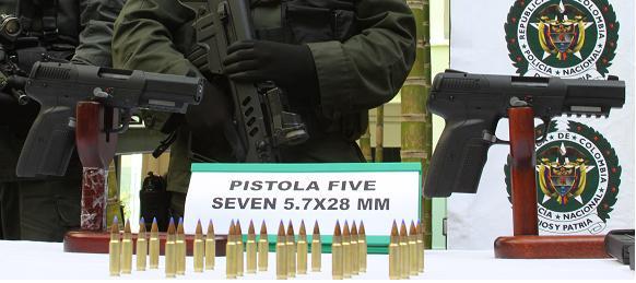 Detalle de las pistolas FiveSeven con su respectiva munición. Les dicen las 'matapolicías' porque traspasan el chaleco antibalas.