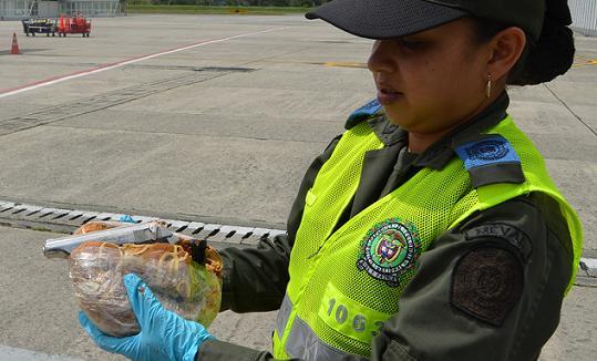 Por el arma incautada dentro del pan no hubo capturas, tampoco se ha esclarecido quién la iba a recibir en Carepa. Fotos cortesía de la Policía.