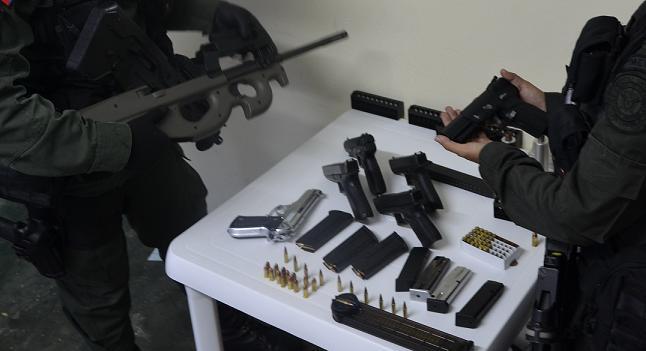A la izquierda se ve el fusil Herstal, con mira telescópica y de difícil consecución en el mercado de armas.
