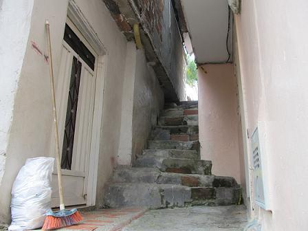 En esta casa de Itagüí, en medio de un estrecho pasadizo, abalearon a dos jóvenes.