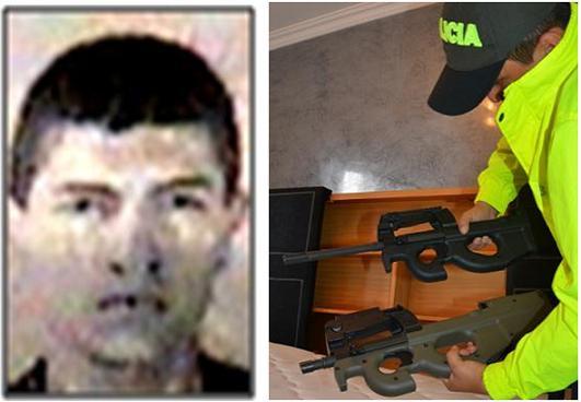 La foto clásica de Franklin Andrés Vargas Cardona, junto a los fusiles Herstal que le incautaron en un apartamento de Envigado.