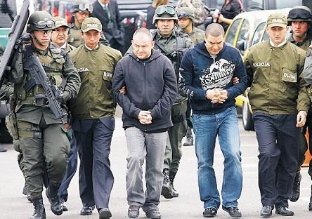 Así fueron presentados en Bogotá 'Douglas' (izquierda) y 'El Compa', después de su captura en Medellín.
