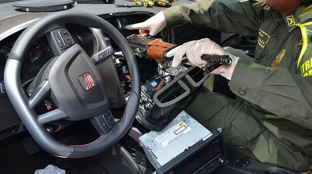 Esta es la caleta en la zona del airbag, que contenía un arsenal. Fotos cortesía de la Policía.